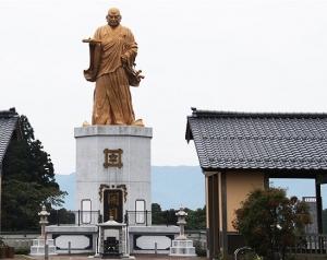 Nichiren statue